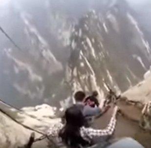 Fascinant! Des touristes chinois descendent par «le sentier de la mort»