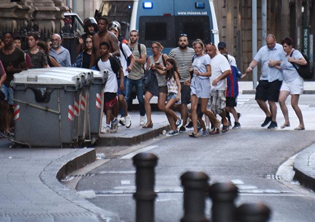 La gente abandona el lugar del atentado en Barcelona