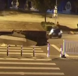 L'homme sur le scooter est tombé dans une fosse