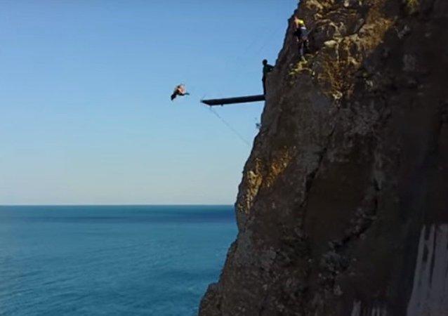 Un saut dans le vide: les compétitions de plongeon de haut vol en Crimée
