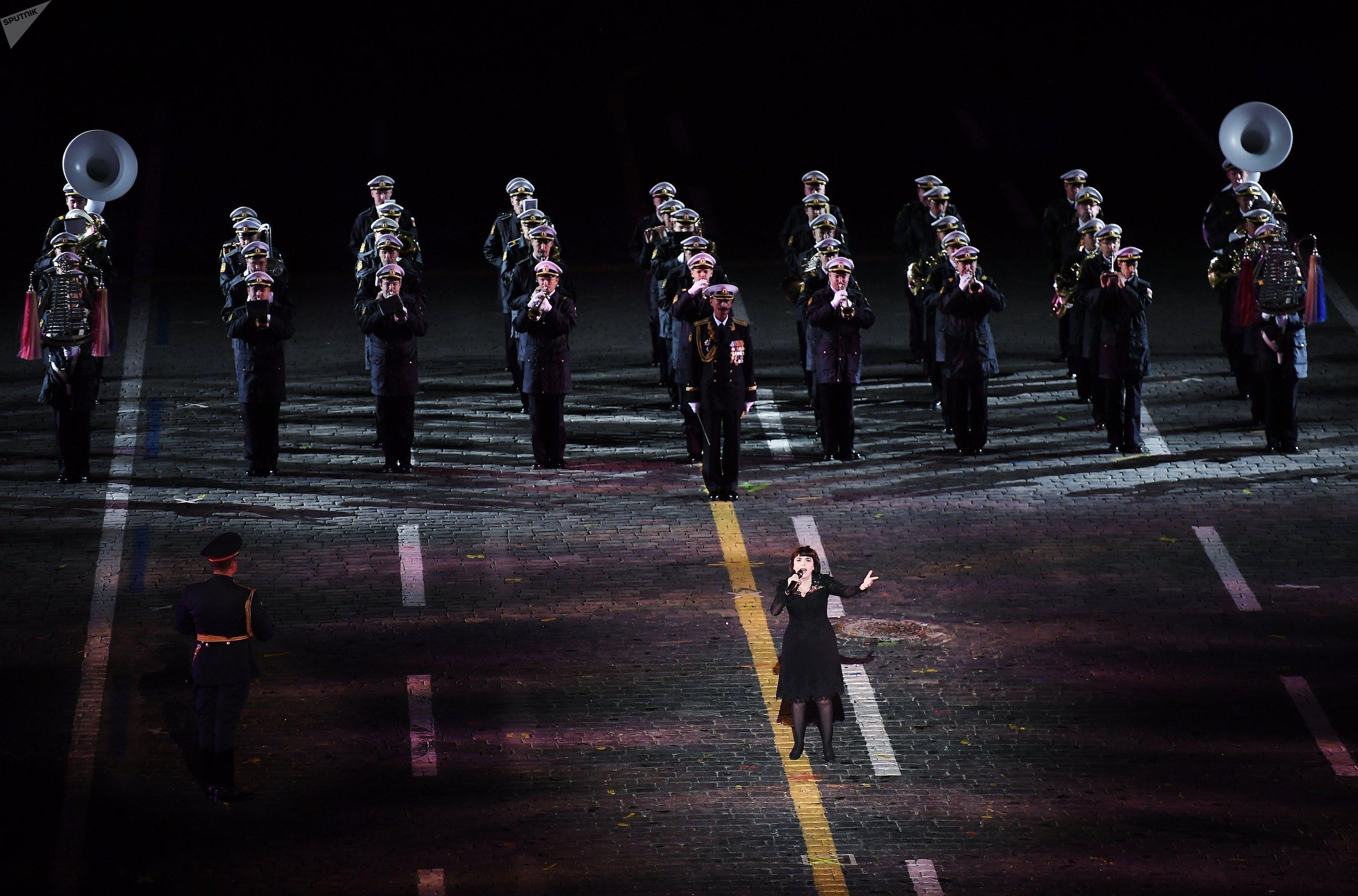 Mireille Mathieu à la cérémonie d'ouverture de la 10e édition du Festival international de musique militaire Tour Spasskaïa (Tour Saint-Sauveur)