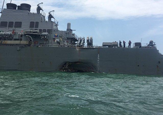 Le destroyer lance-missiles américain USS John McCain