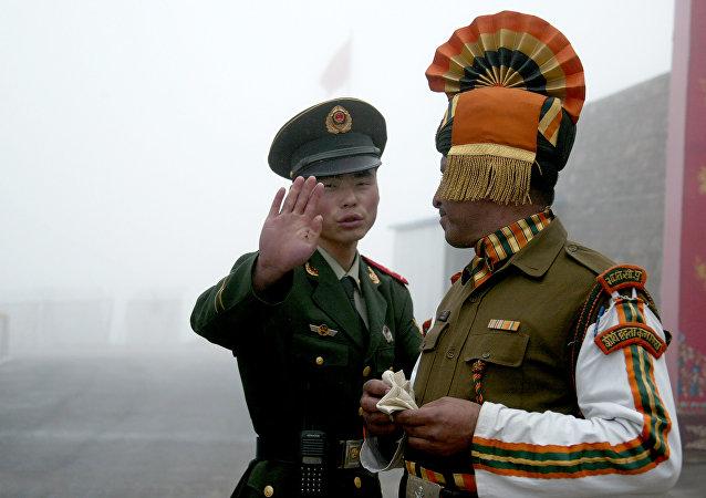 Un soldat chinois et un soldat indien à un poste  de passage entre l'Inde et la Chine dans l'État de Sikkim en Inde