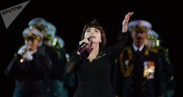 «Spasskaya Tour»: un émouvant hommage de Mireille Mathieu fait pleurer la Place Rouge