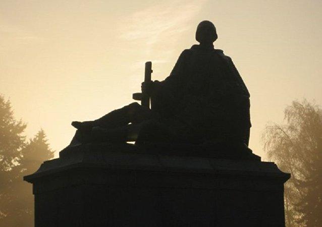 Monument érigé en mémoire des soldats soviétiques de la Seconde Guerre mondiale à Varsovie