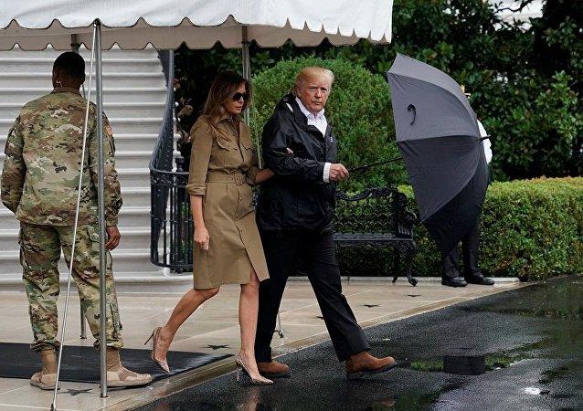 Melania Trump et Donald Trump quittent la Maison-Blanche pour se rendre au Texas