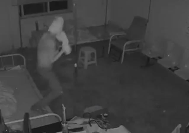 Le retour de la momie: un voleur se crée un masque en papier toilette