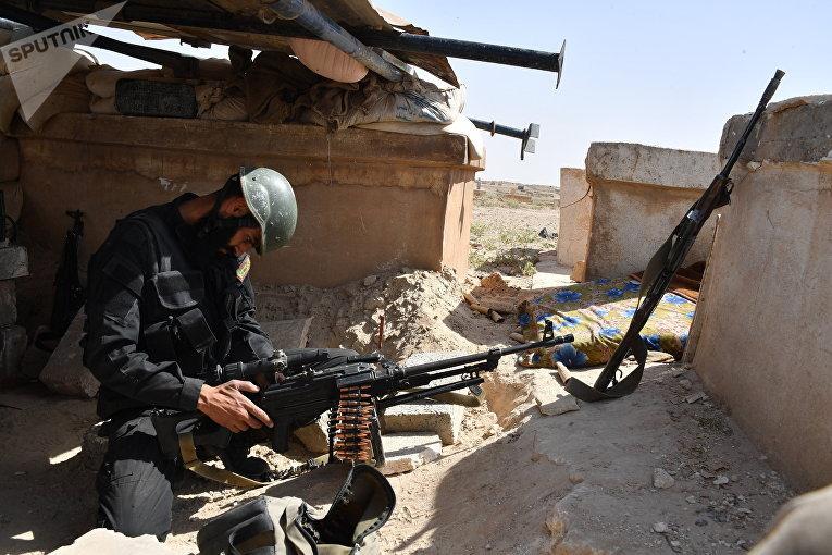 Soldat de la Garde républicaine aux approches de Deir ez-Zor. Archives