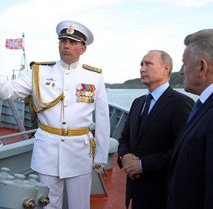 Poutine inspecte la corvette dernier-cri Sovershennyy à Vladivostok