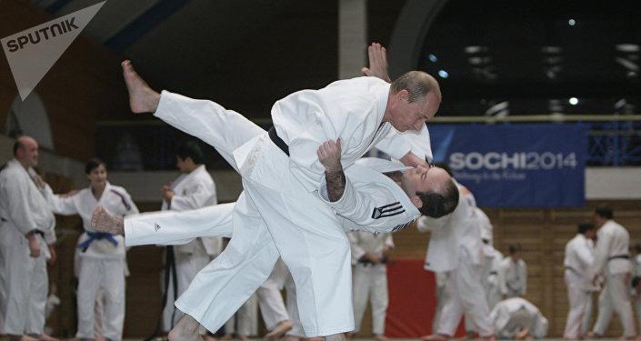 Poutine fait du judo