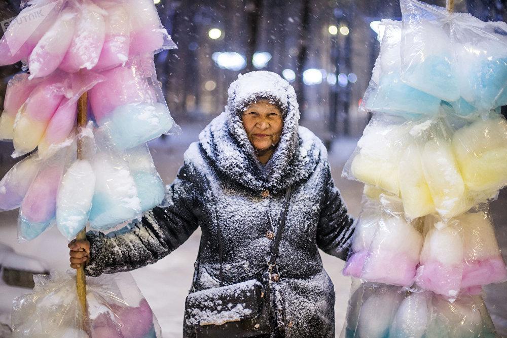 Une vendeuse de barbe à papa dans le centre de Bichkek.
