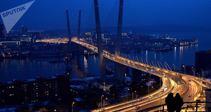 Vue de nuit de la ville de Vladivostok