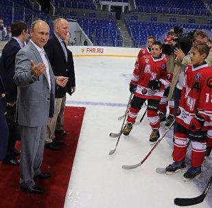 Poutine réuni avec des légendes du hockey à Sotchi
