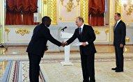 le Dr Edouard Bizimana, l'ambassadeur du Burundi et Vladimir Poutine