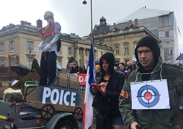 Policiers et femmes des forces de l'ordre en colère manifestent à Paris