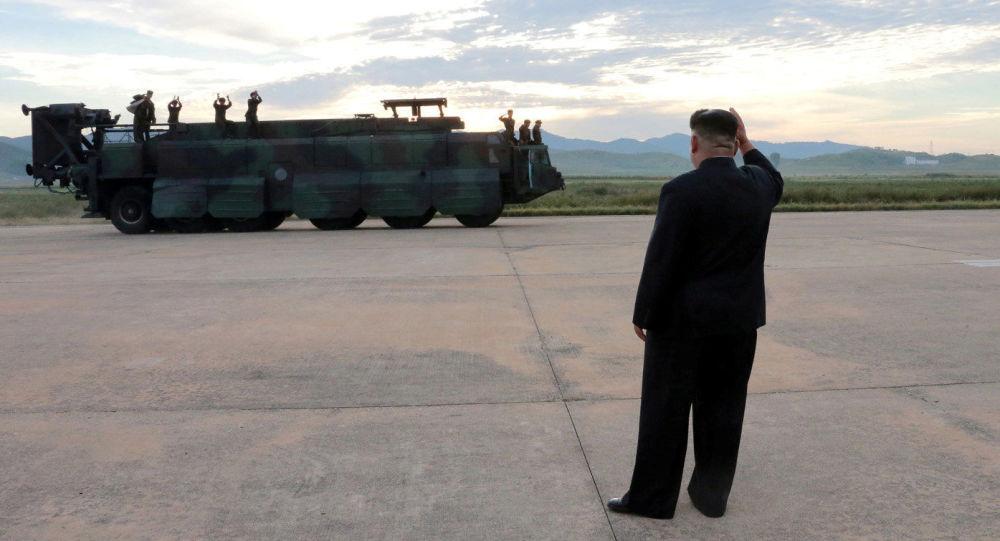 Le leader nord-coréen Kim Jong-un avant le lancement du missile balistique Hwasong-12