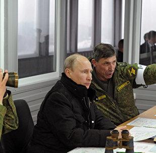 Vladimir Poutine inspecte les manœuvres Zapad 2017