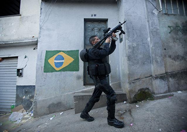 Un policier à Rio de Janeiro
