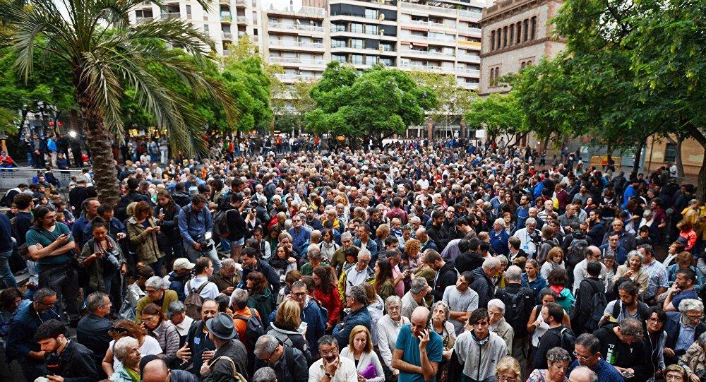 les électeurs affluent aux bureaux de vote afin de maintenir le référendum
