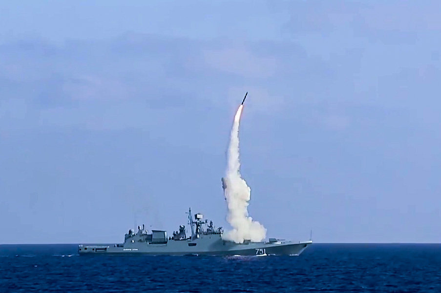 La frégate russe Admiral Essen tire des missiles Kalibr-NK