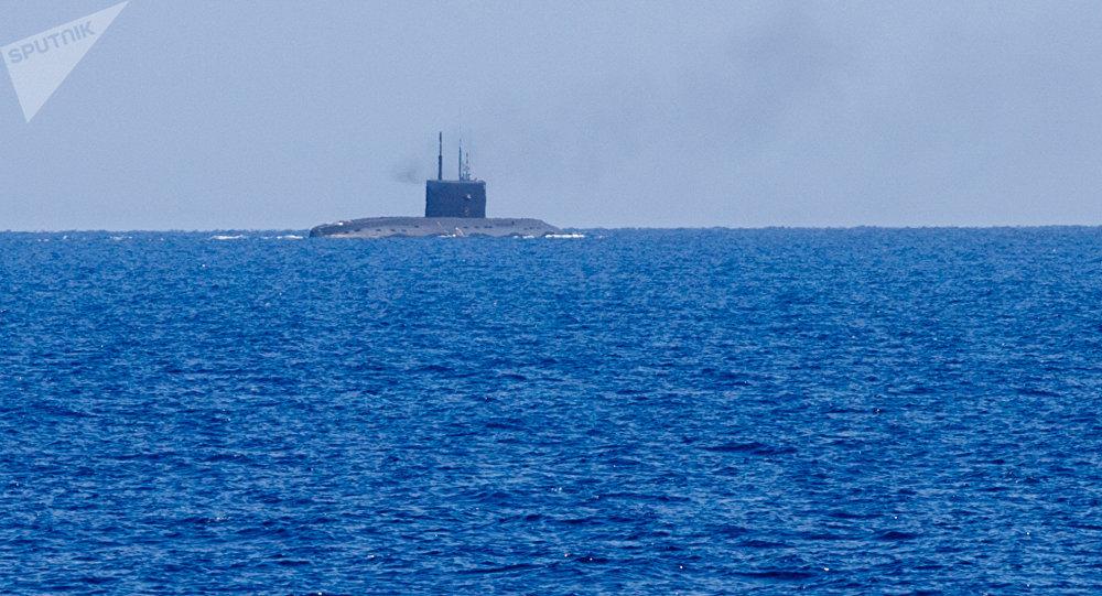 10 missiles Kalibr frappent les terroristes à Deir ez-Zor depuis les sous-marins russes