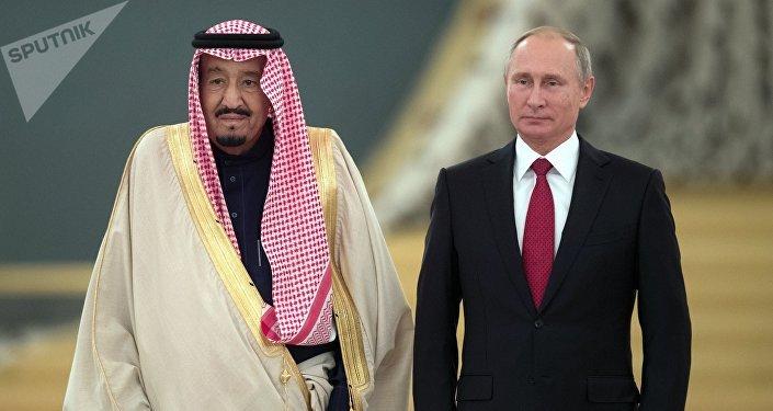 le Président russe Vladimir Poutine et le roi saoudien Salmane ben Abdelaziz Al Saoud