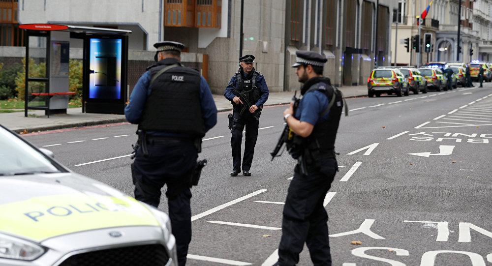 La police devant le Musée d'histoire naturelle de Londres
