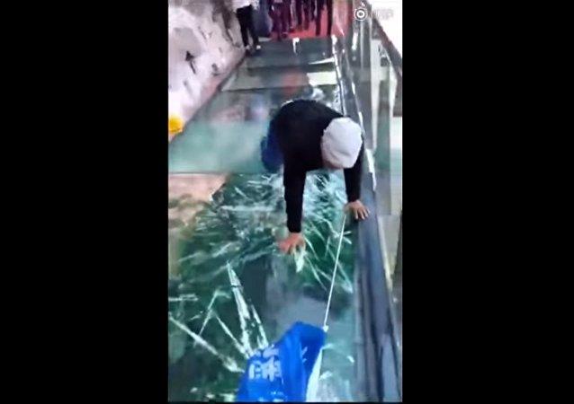 En Chine, un pont en verre se fend sous les pieds de touristes