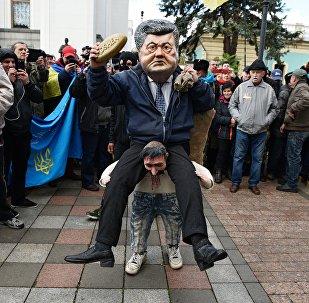 Une personne déguisée en Piotr Porochenko assis sur les épaules d'un cosaque ukrainien