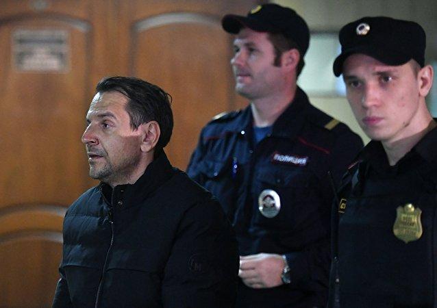 Une enquête a été engagée contre Boris Grits, citoyen russe et israélien, pour avoir poignardé à la gorge la journaliste de la radio Écho de Moscou