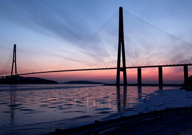 Nouveau record mondial: 245 personnes sautent ensemble d'un pont (vidéo)