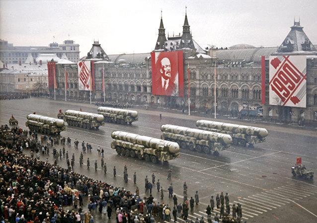 Un défilé militaire sur la Place Rouge pour honorer la mémoire de la révolution russe, le 7 novembre 1990