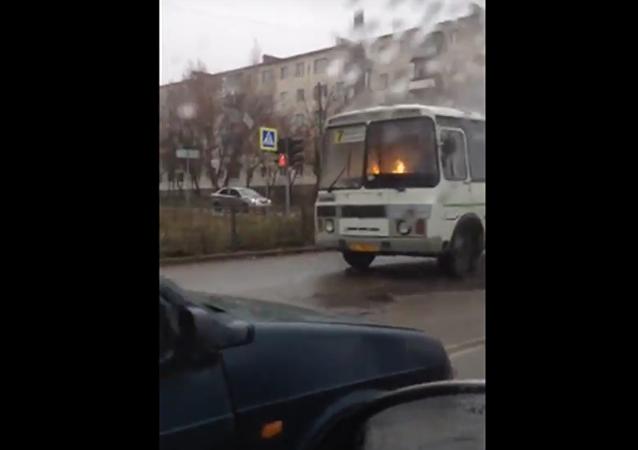 Film d'horreur ou vrai phénomène mystique? Un bus en feu roule dans les rues d'Orel