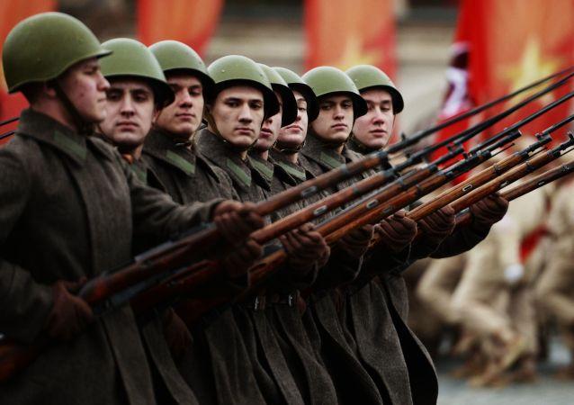 La marche solennelle en l'honneur du 76e anniversaire du défilé militaire de 1941