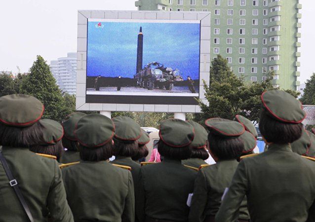 Les Nord-Coréens regardent le lancement d'un missile balistique