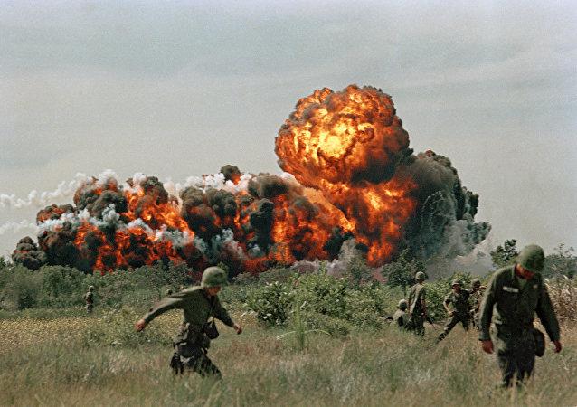 Une vidéo de bombardements du Vietnam publiée le jour de la visite de Trump dans ce pays