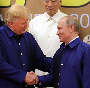 La poignée de main de MM. Poutine et Trump