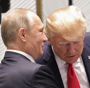 Vladimir Poutine (à gauche) et Donald Trump