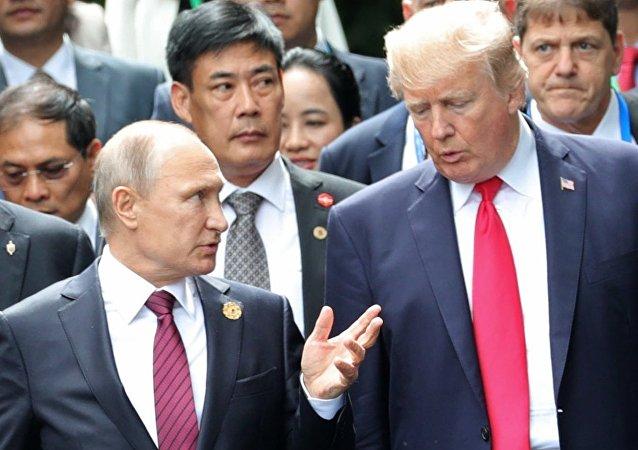Vladimir Poutine et Donald Trump lors du sommet de l'APEC