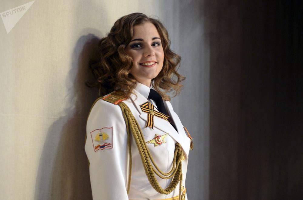 Beauté et honneur: la plus belle jeune fille en uniforme a été choisie à Saint-Pétersbourg