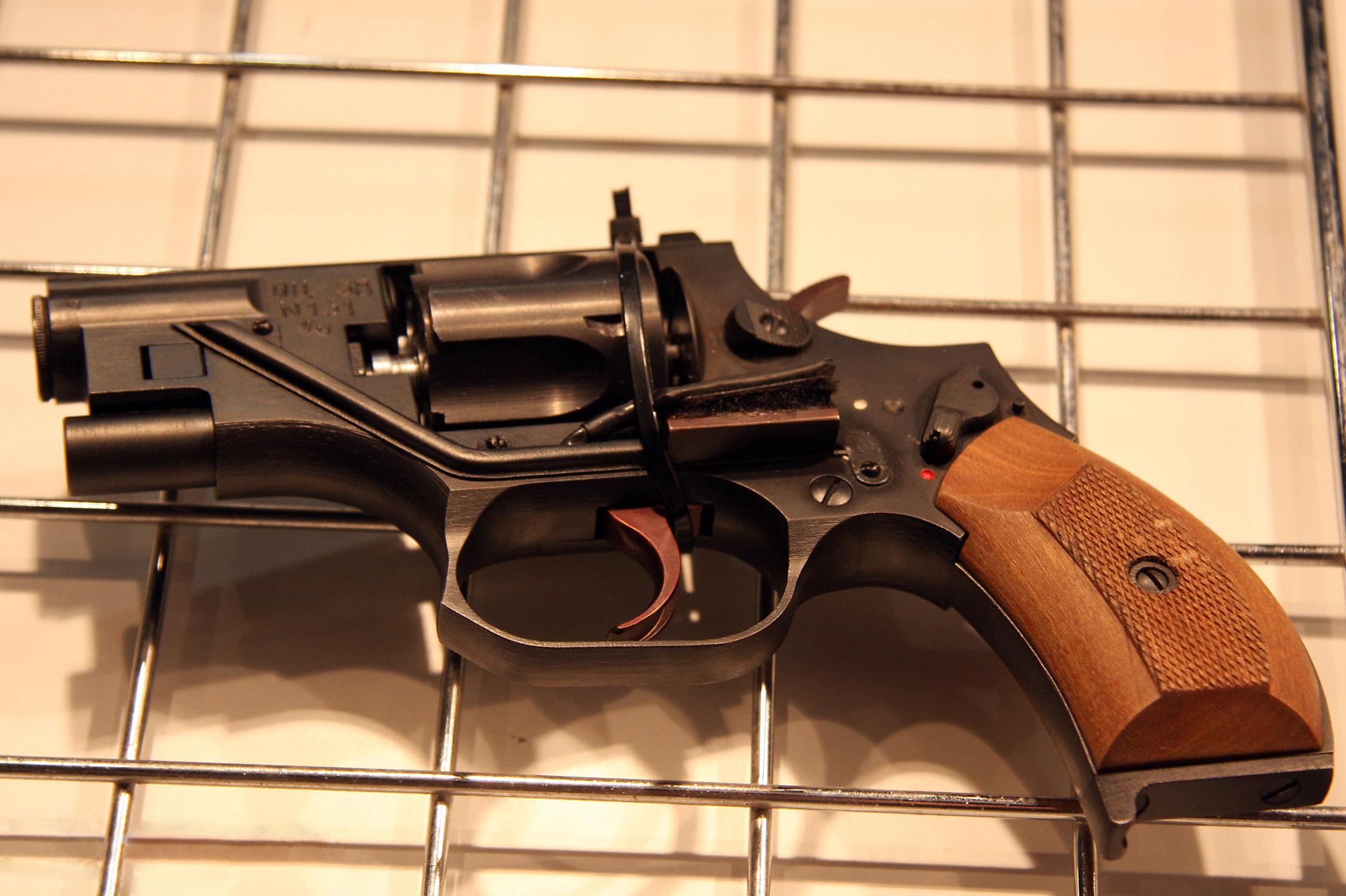 Revolver silencieux OTs-38