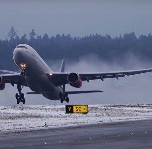 Des avions de lignes s'envolent au ralenti