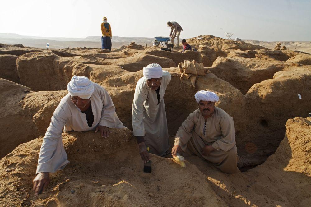 Les égyptologues russes ont découvert une momie avec un masque doré
