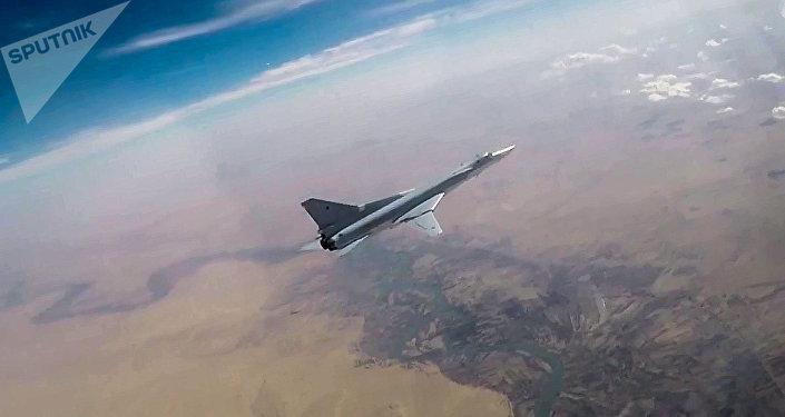 Un bombardier Tu-22M3 largue des bombes sur les positions de Daech en Syrie
