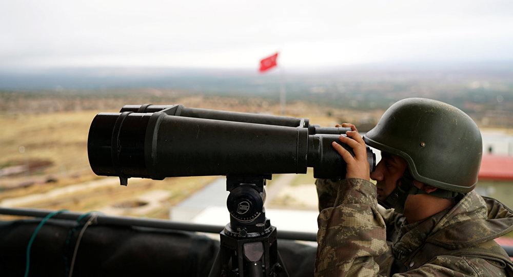 Un soldat turc à la frontière avec la Syrie