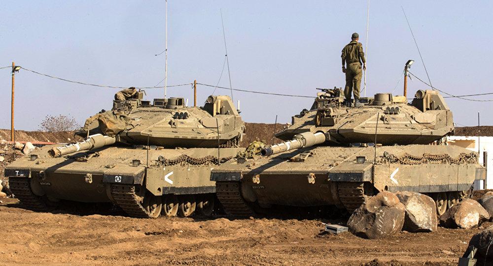 Des chars israéliens Merkava près de la frontière syrienne dans le Golan