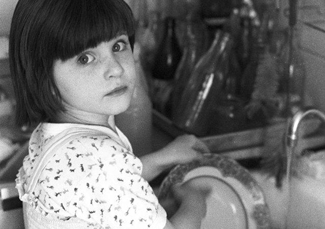 Une fille fait la vaisselle