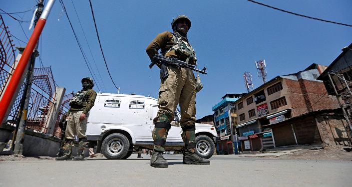 Policiers indiens à Srinagar