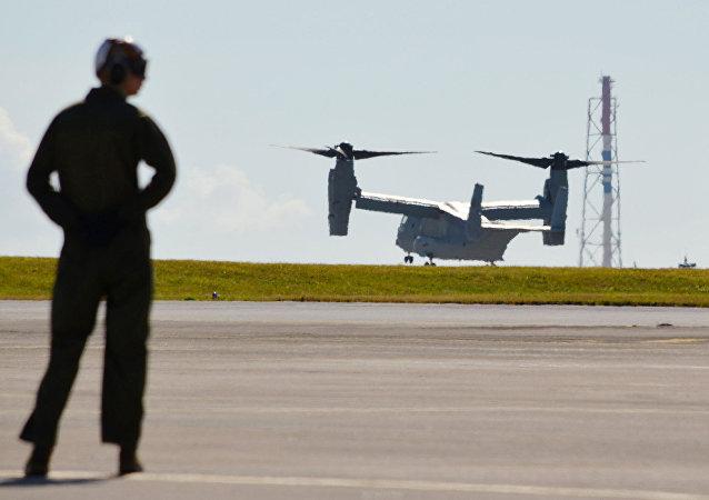 Un avion de transport arrive à la base de  Futenma dans la préfecture d'Okinawa