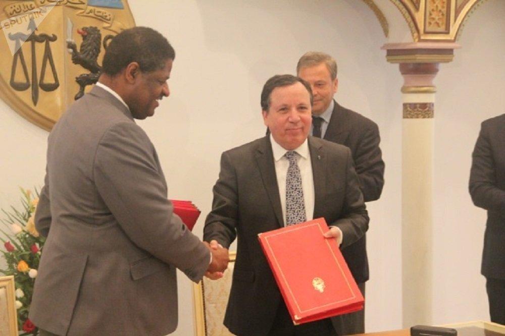 Au ministère tunisien des Affaires étrangères, de gauche à droite: Marcel de Souza, président de la commission de la CEDEAO, Khemaïes Jhinaoui: ministre tunisien des Affaires étrangères.